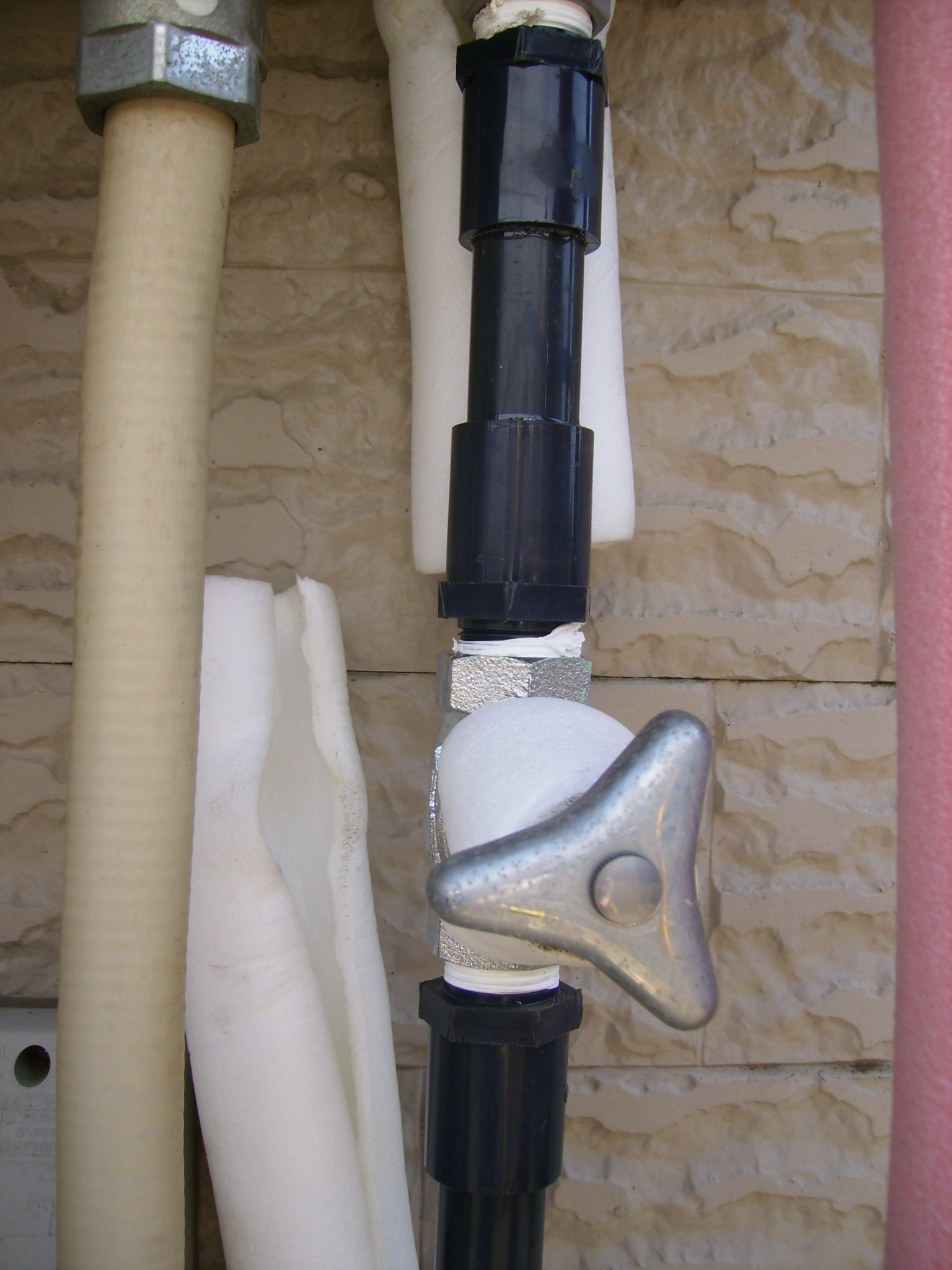 給湯器への給水配管にある止水栓(バルブ)